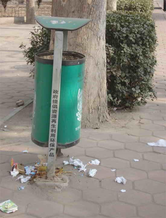 轻轻的将垃圾扔进垃圾桶