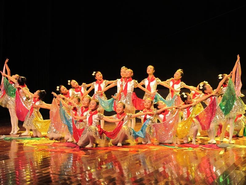 舞蹈造型,淋漓尽致地表现了一个个如花朵般的儿童