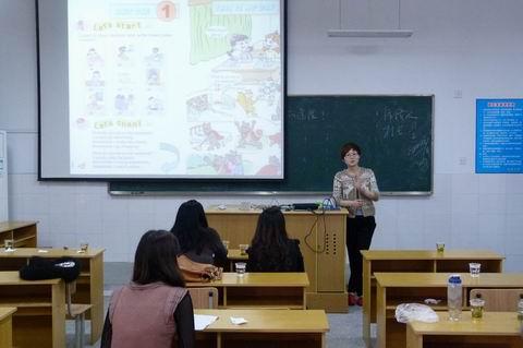 比赛分为自备演讲和即兴演讲两部分,参赛的老师语音优美,语调规范