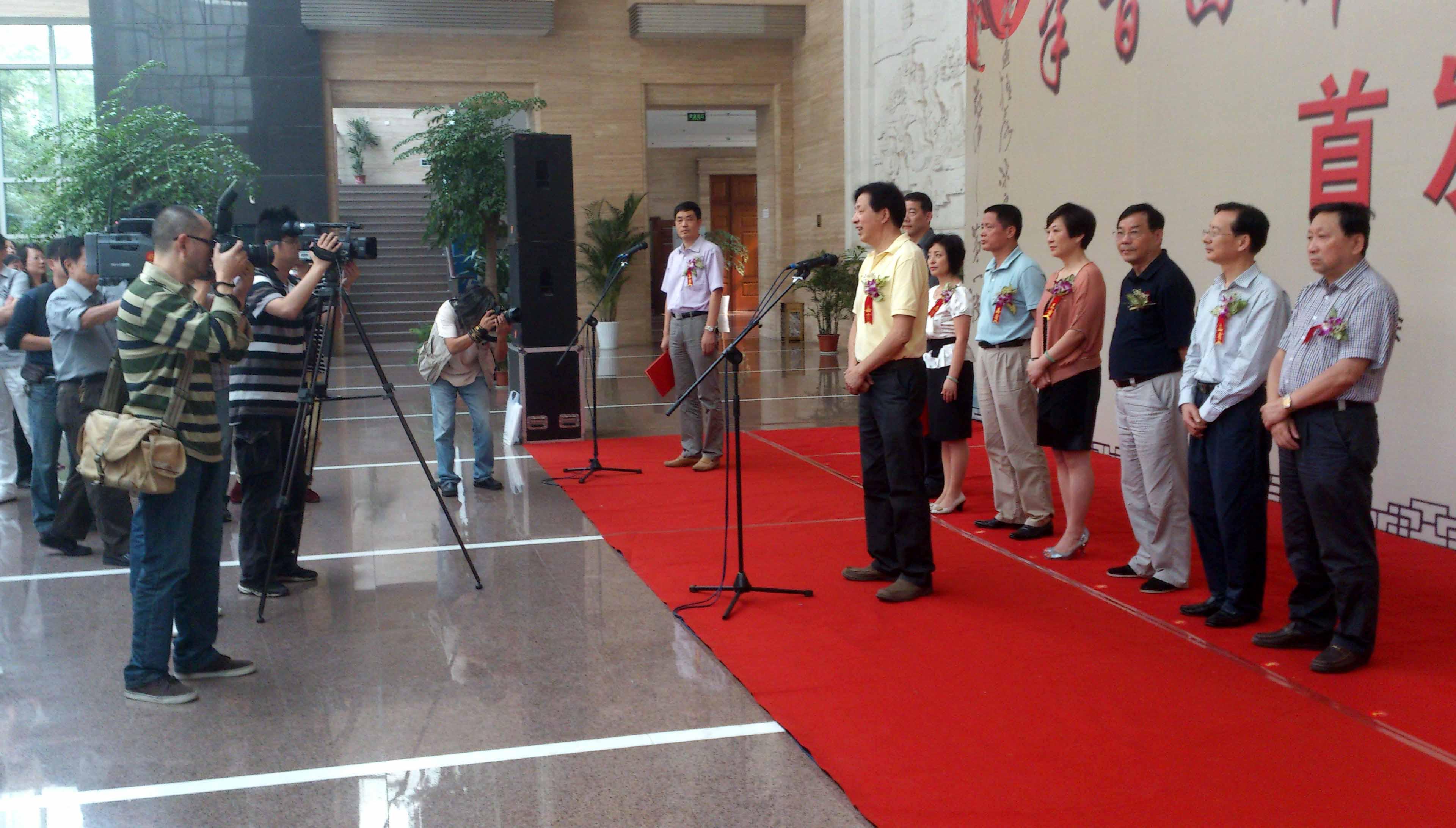 湖州艺术与设计学校学生参加《半百回眸——慎召民书法》首发式