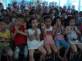德清县机关幼儿园组织学生观看航天员天空授课