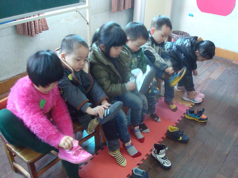 为了进一步提高孩子们的自理能力,今天我们小班进行了自理能力的比赛穿鞋子比赛。活动在小朋友们期待的目光中拉开帷幕。随着老师的一声令下,比赛开始了,瞧!在老师和小伙伴们的加油声中,孩子们迅速地穿起了鞋子,每个孩子穿好鞋子后,都会幸福的举起自己的小手,说:老师,我穿好了!。在一串串的加油声和笑声中,活动圆满结束了。    2-4周岁是培养幼儿生活自理能力的关键期。虽然孩子们入园不久,但他们已经慢慢开始学会做一些力所能及的事情。通过人人参与、锻炼自理能力,使孩子们在活动中体验到了自己的事情自己做的快乐!