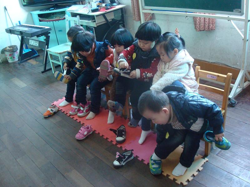 新区幼儿园小班幼儿穿鞋子比赛