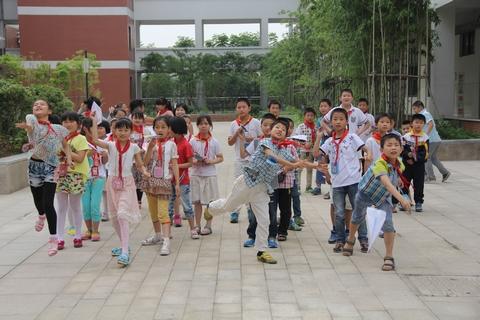 李家巷小学举行纸飞机比赛