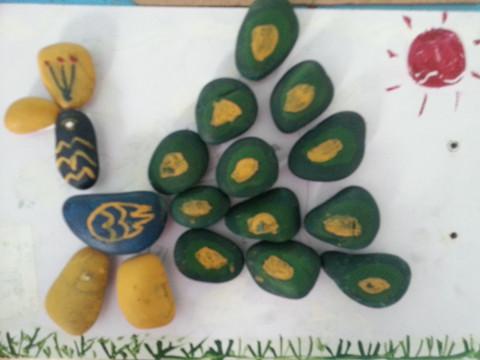 我园大班组开展了石头创意拼画