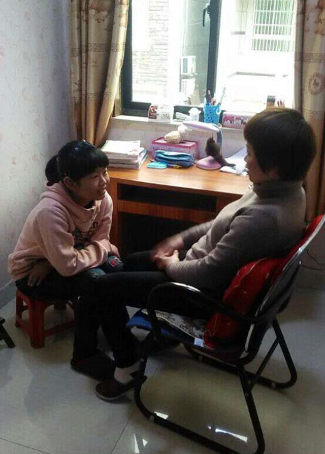 照片中学生积极主动帮助家长做家务,为父母洗脚,主动与家长沟通等