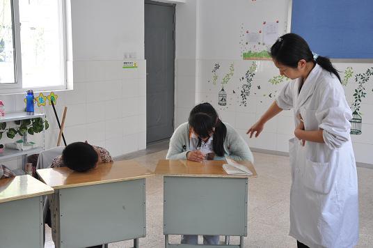 处组织低年级学生进行了食品卫生应急预案演练活动
