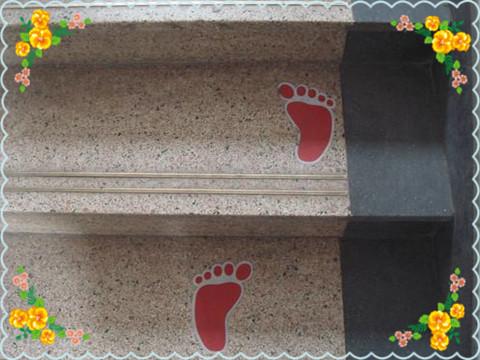 """可爱小脚印;下雨天,操场入口处会放上安全警示牌,提醒幼儿""""雨天路滑"""