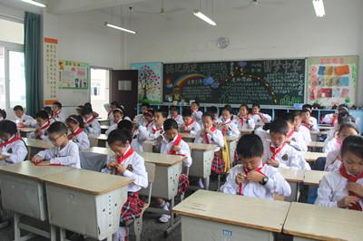 我向国旗敬礼 德清县实验学校开展 规范佩戴红领巾,敬标准队礼 评