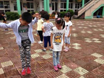 近期,雷甸鎮第一幼兒園大班組開展了跳皮筋活動。 如今,孩子們玩的遊戲都是電腦動畫版遊戲,對鬥地主這樣的電腦遊戲情有獨鐘,而對長輩們一代代傳承的民間遊戲是一無所知。為了更好地傳承民間遊戲,也為了促進每個孩子的身心健康和諧發展,我們第一幼兒園生成了傳承民間遊 戲 玩轉跳皮筋這個主題活動。