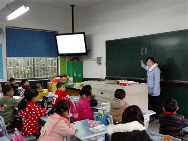 溪龙小学的黄丽蓉老师今天为我们带来了一节别开生面的语文课《比尾巴》,虽然是一名新教师,但是老练的上课技巧,驾轻就熟的语言表达,给我们带了了新的体验。    《比尾巴》这篇课文采用三问三答的形式,介绍了六种动物尾巴的特点,课文读起来朗朗上口,极富儿童情趣。黄老师抓住这篇课文极具趣味性的特点,围绕比尾巴大赛展开设计,环节与环节之间衔接自然,环环相扣,以摸尾巴游戏导入课堂,以拿门票的形式复习生字,以比尾巴评尾巴学习课文,以说尾巴画尾巴进行拓展训练。每一个环节的设置都注重了情境的创设,都采用最具有童真童趣的语言