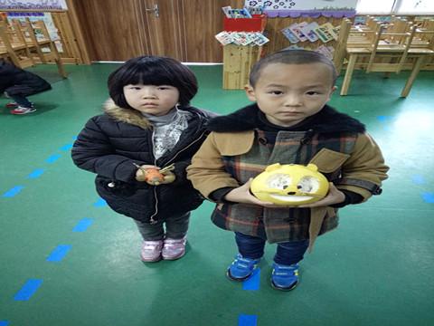 """幼儿园开展制作""""水果蔬菜娃娃""""亲子活动"""