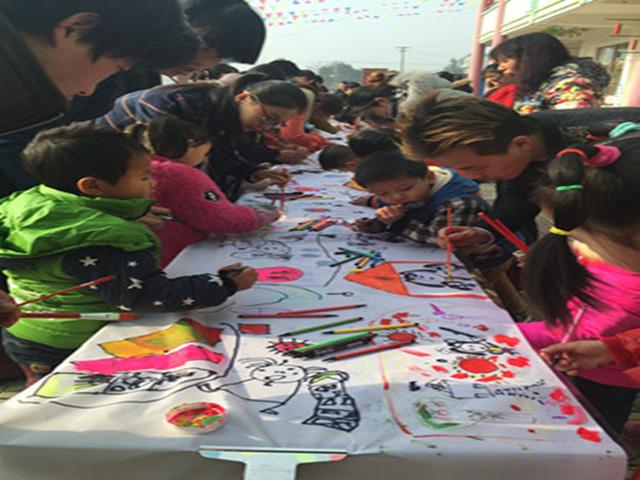 2015年的最后一天,在这暖暖阳光的照耀下,我们天荒坪幼儿园中班迎来了庆元旦迎新春百米长画亲子绘画活动,在那纯洁的白布之上孩子们和爸爸妈妈用彩色的画笔共同绘制了一幅长长的多彩画卷。上面记录着孩子们在这一年的快乐游戏,更是有孩子与家长们对新一年的美好憧憬。   看到孩子们的一幅幅作品,老师们也是真心祝愿我们的孩子在新的一年如这画般绚烂多彩。