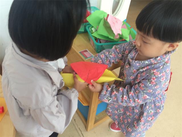 后来章安桐拿来彩纸包住橡皮泥盒子,可见她对物体和材料的光滑度有着