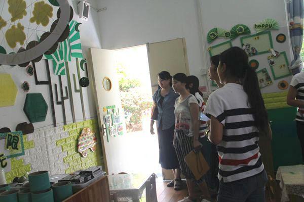 教室外的班级宣传栏设置,植物角创设和自制器械玩具;活动室内的整体