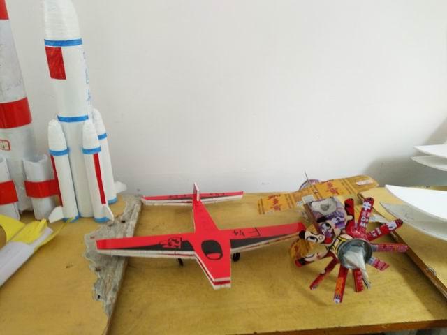 有直升机,火箭等;有融合课内外知识动手组装的,有利用丢弃的塑料瓶,报