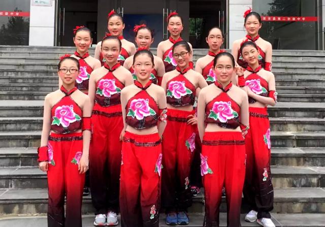 一个动作练习数遍,整齐的舞蹈动作带来的美感,让社团的孩子们更紧密地