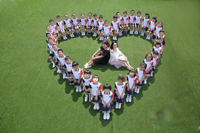 近日,幼儿园大班的孩子和老师拍摄了一组创意毕业照,记录幼儿园的图片